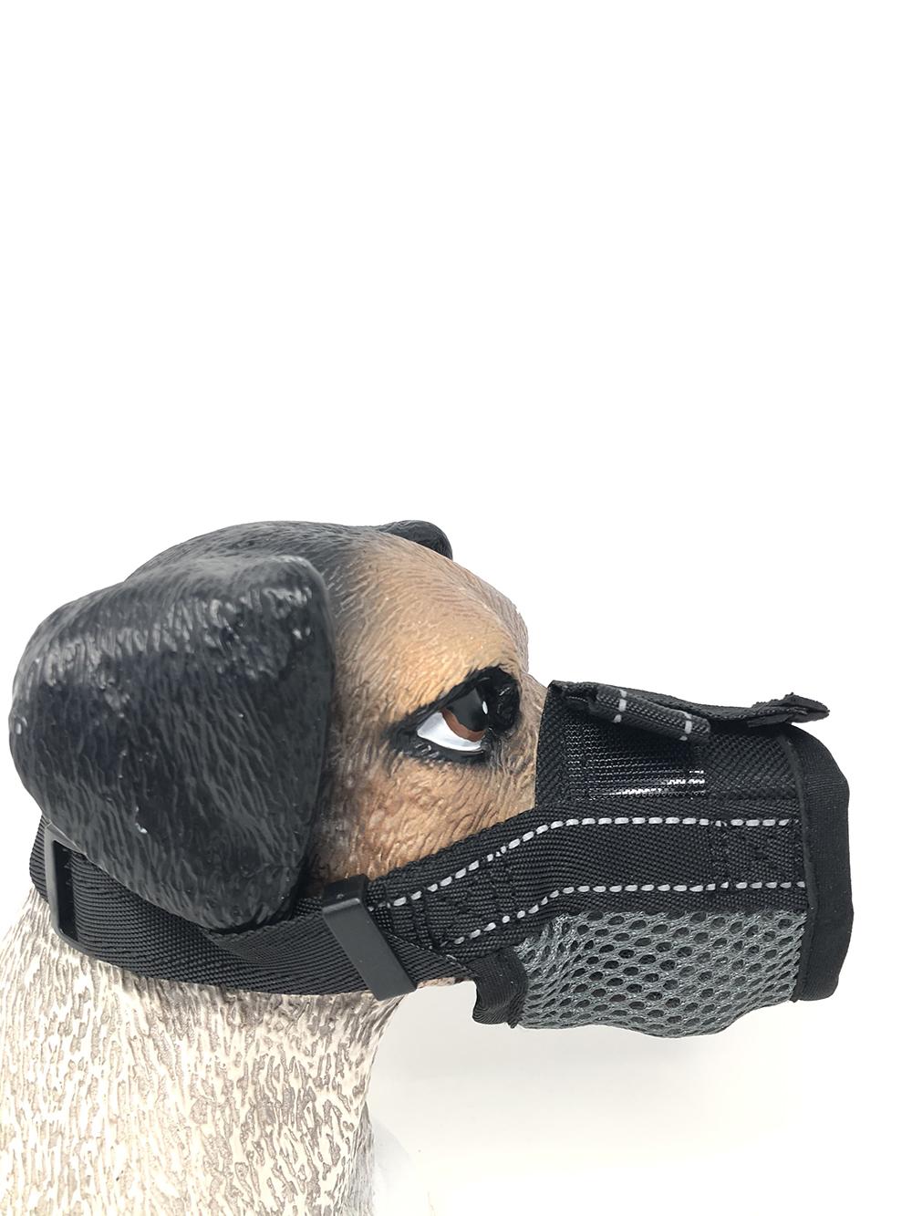 Bozal para perros de nylon color negro. Con forro suave de lana hace que sea cómodo de llevar.Inhibe de morder, la correa es totalmente ajustable y tiene un cierre rápido. Permite al perro jadear y beber. Indicado para viajes cortos.