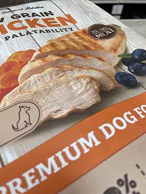 Zen Low Grain en nuevo pienso de Imagine destaca por la calidad de sus ingredientes y por la imagen renovada de sus envases.